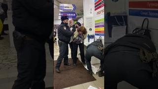 ПОЛИЦИЯ ЗВЕРСТВУЕТ В МАГАЗИНАХ РОССИИ.THIS IS POLICE BRUTALITY IN RUSSIA   г.