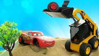 Spielspaß mit Lightning McQueen. McQueen hat seine Reifen verloren. Spielzeug Video