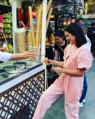 """Ксения Бородина on Instagram: """"Стамбульское мороженое — это целый аттракцион, причем чем дальше от туристического центра, тем больше фокусов выделы..."""