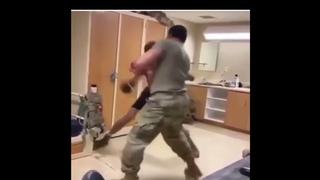 Боксер против Солдата!🔥 Жесткий спарринг в Армейской комнате!