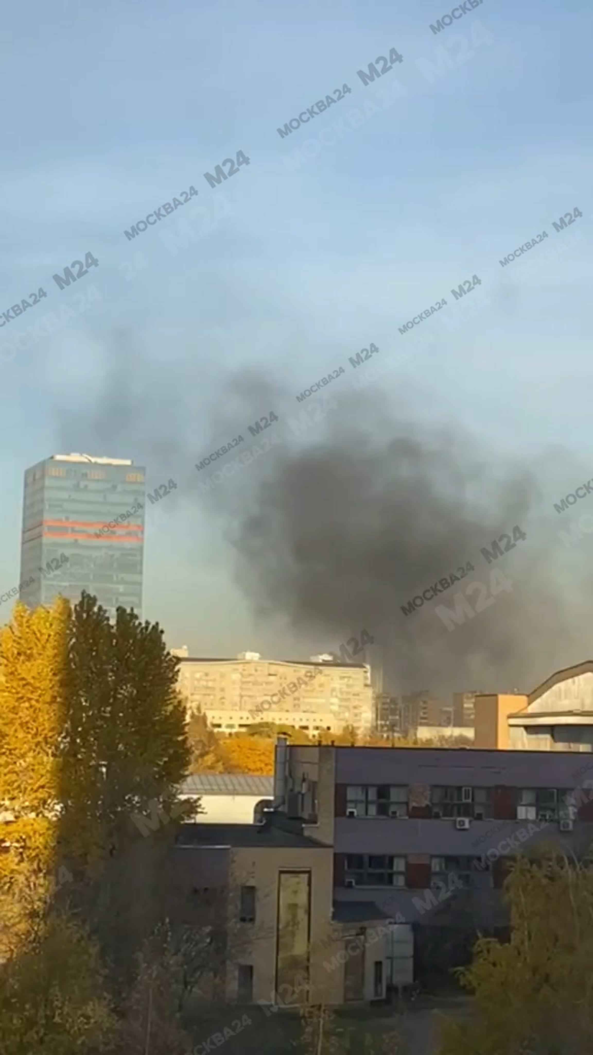 Пожар произошел на кровле спорткомплекса ЦСКА в Москве.