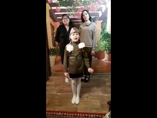 Ученица школы 7 Атаджанова Даша вместе со своими родными поздравляет всех с памятной датой в истории Новошахтинска