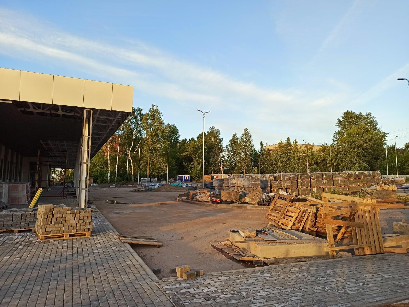 Новый железнодорожный вокзал в лучах заката