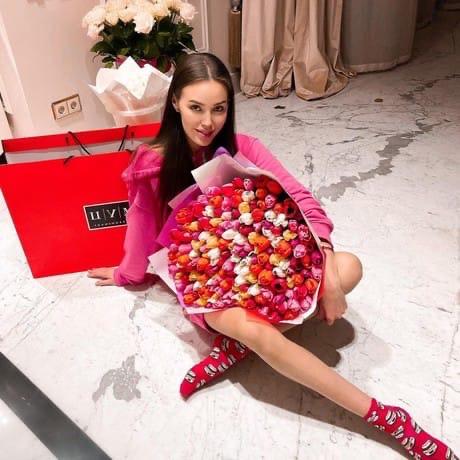 Беременная в третий раз Анастасия Костенко рассказала о своих ощущениях прямо сейчас: «Я стала третьей женой футболиста Дмитрия Тарасова, у которого уже есть дочь-подросток Ангелина от первого