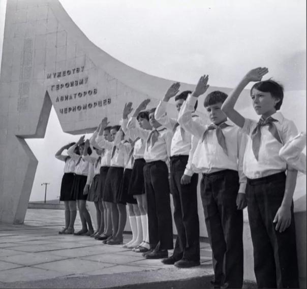 Пионеры у памятника «Мужеству и героизму авиаторов-черноморцев»  09.05.1982 г